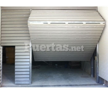 Puerta basculante de 2 hojas for Puerta garaje basculante precio